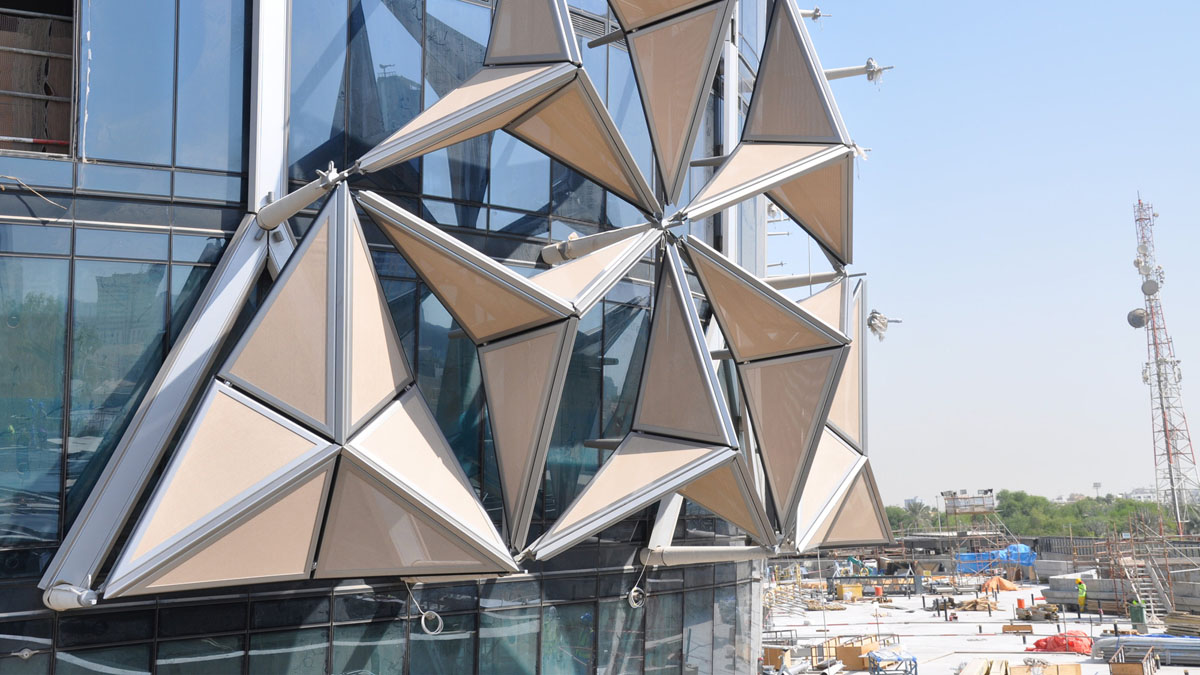 AbuDhabi: Dynamic, Modular Overclad to Provide Shade Throughout the Day